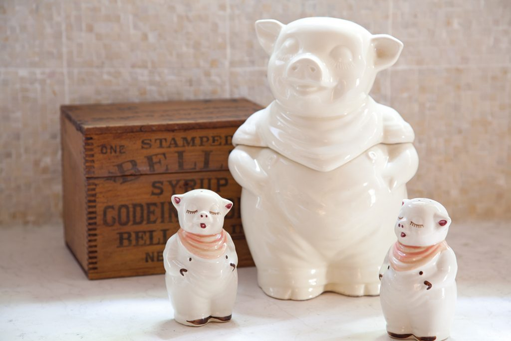 French-Living-kitchen-pigs