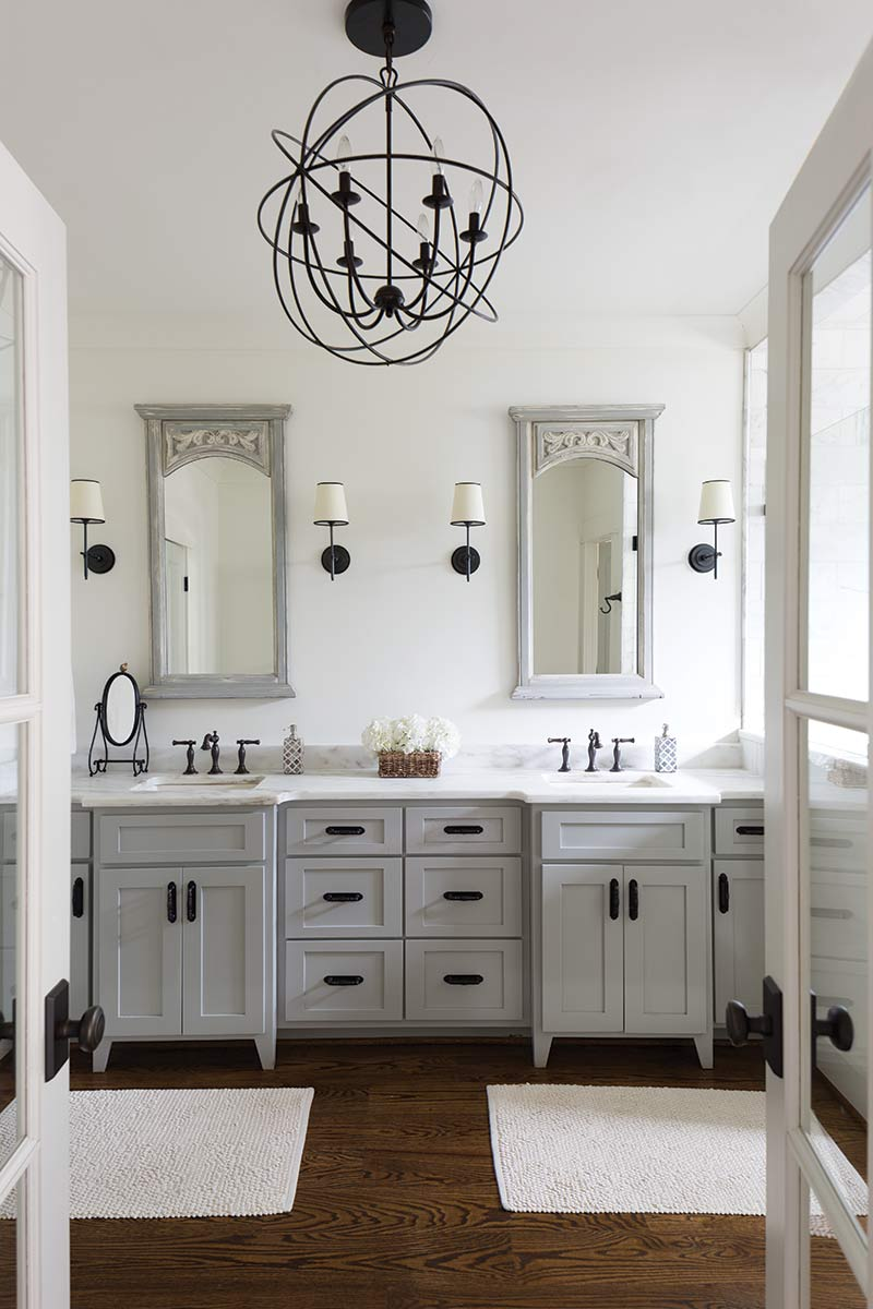 En suite with gray hues