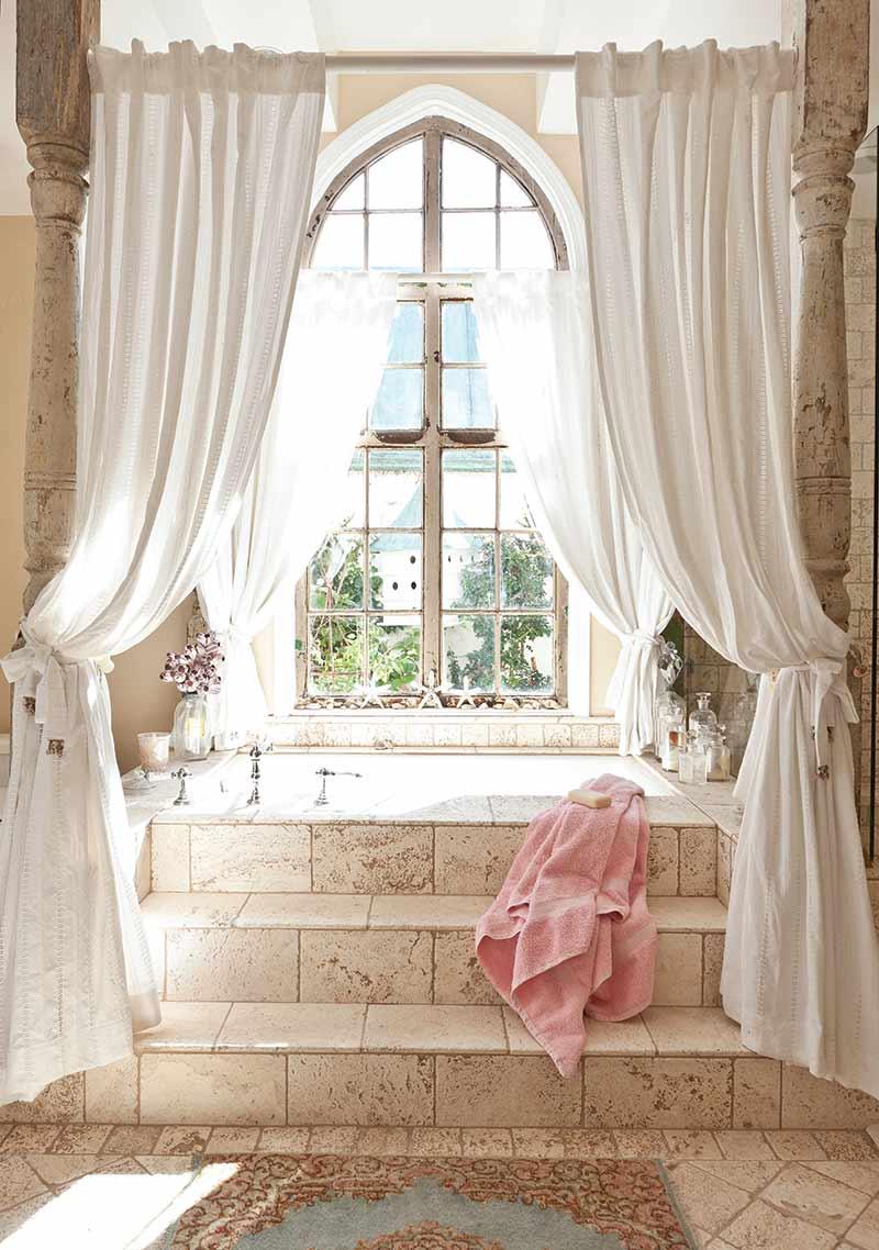 Bathtub with white camopy
